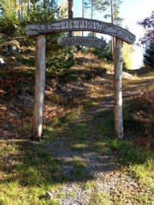Gålö fornstig har en fin vandring på 4 km som går upp på berg och förbi vatten.