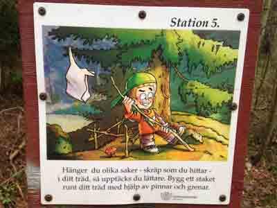 Station 5. Händer du olika saker - skräp som du hittar - i ditt träd, så upptäcks du lättare. Bygg ett staket runt ditt träd med hjälp av pinnar och grenar.