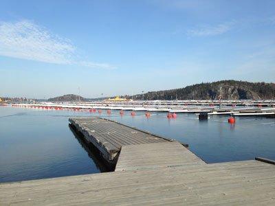 Efter marinan kommer man till Slagsta färjeläger. Där går färjorna till Ekerö och Mälarpromenaden har sitt slut.