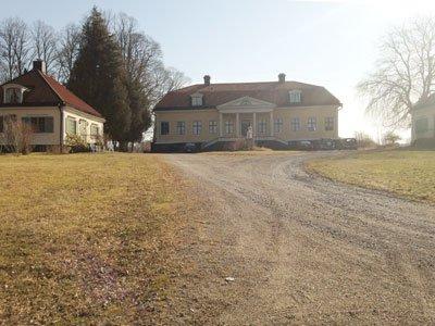Mälarpromenaden startar vid Norsborgs herrgård, en byggnad i gustaviansk stil.