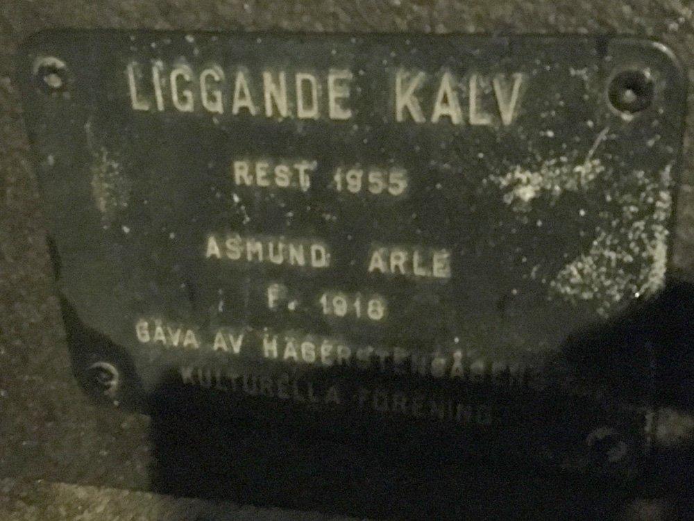Liggande kalv, Asmund Arle, skulptur Västertorp