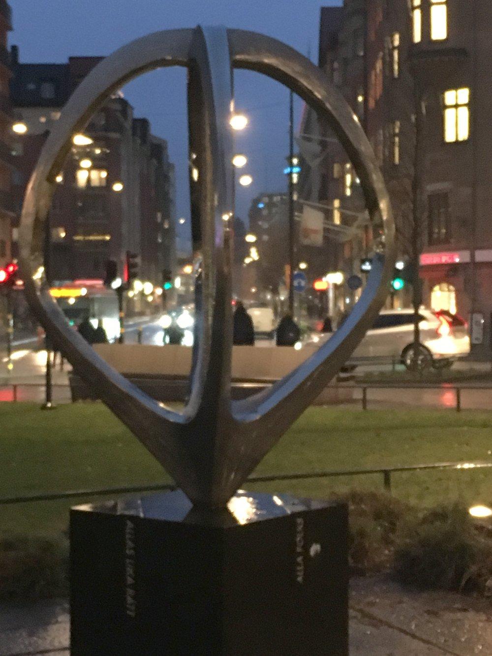Mitt hjärta i världen, Nils Dahlgren, staty Norra bantorget