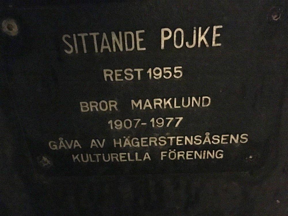 Sittande pojke, Bror Marklund, staty Västertorp skylt