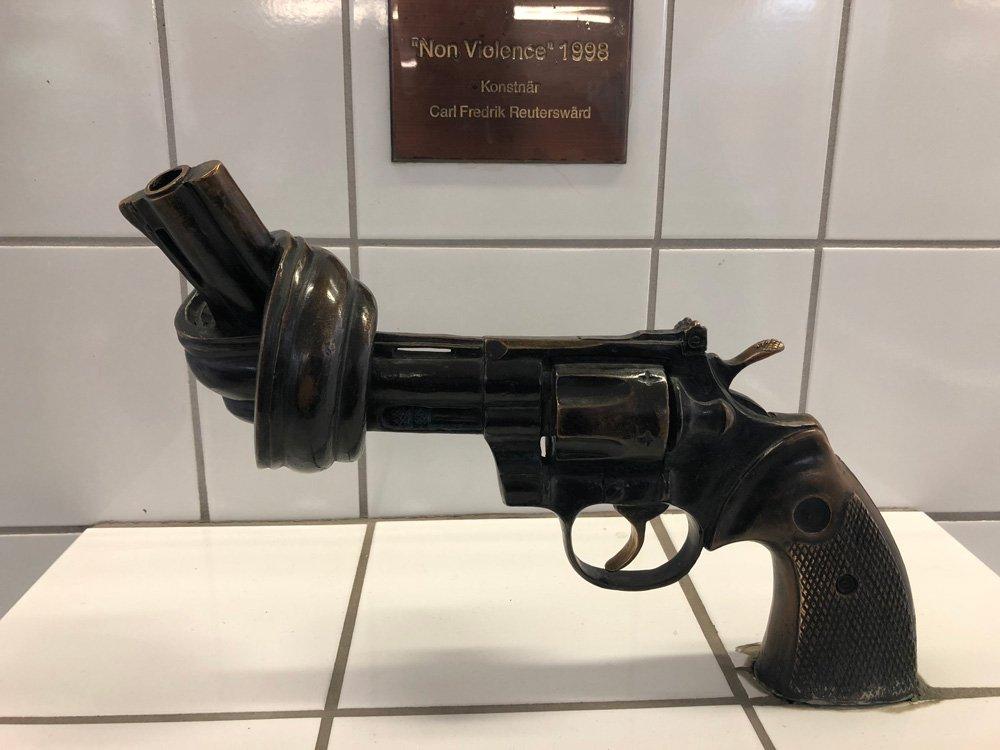 Non Violence, Carl Fredrik Reuterswärd, Åkes hov t-banestation