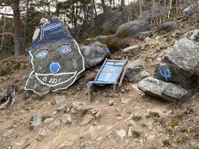 Målad sten på Strandpromenaden mellan Alvik och Nockeby