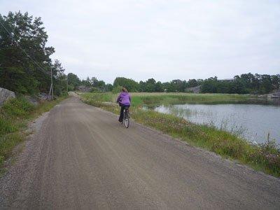 Cykla på de fina grusvägarna på Möja.