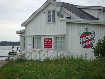 Pärlan på Möja. Krogen (inte Värdshuset) vid Möjas brygga Berg på Möja.
